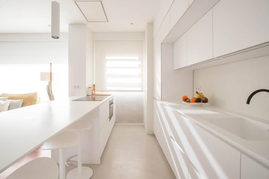 cocina dos frentes microcemento suelo y paredes