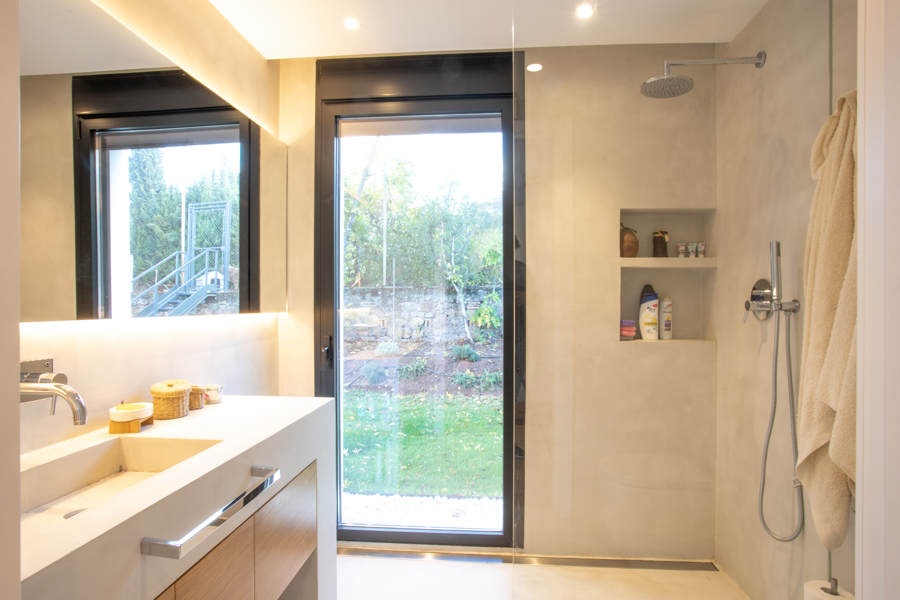 baño exterior microcemento gris ducha y paredes
