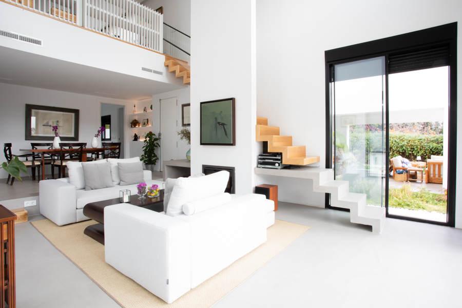 salón comedor microcemento gris escaleras y suelo