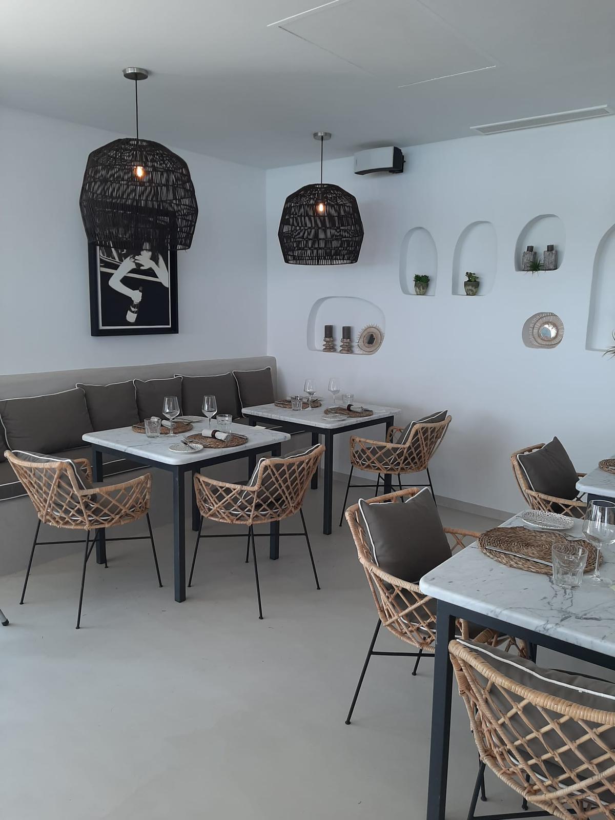 Interior restaurante hotel de Málaga con microcemento en pared y suelo
