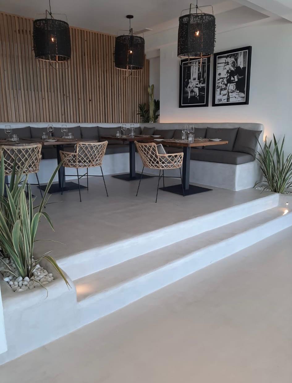 Restaurante hotel de Málaga con suelo y escaleras microcemento