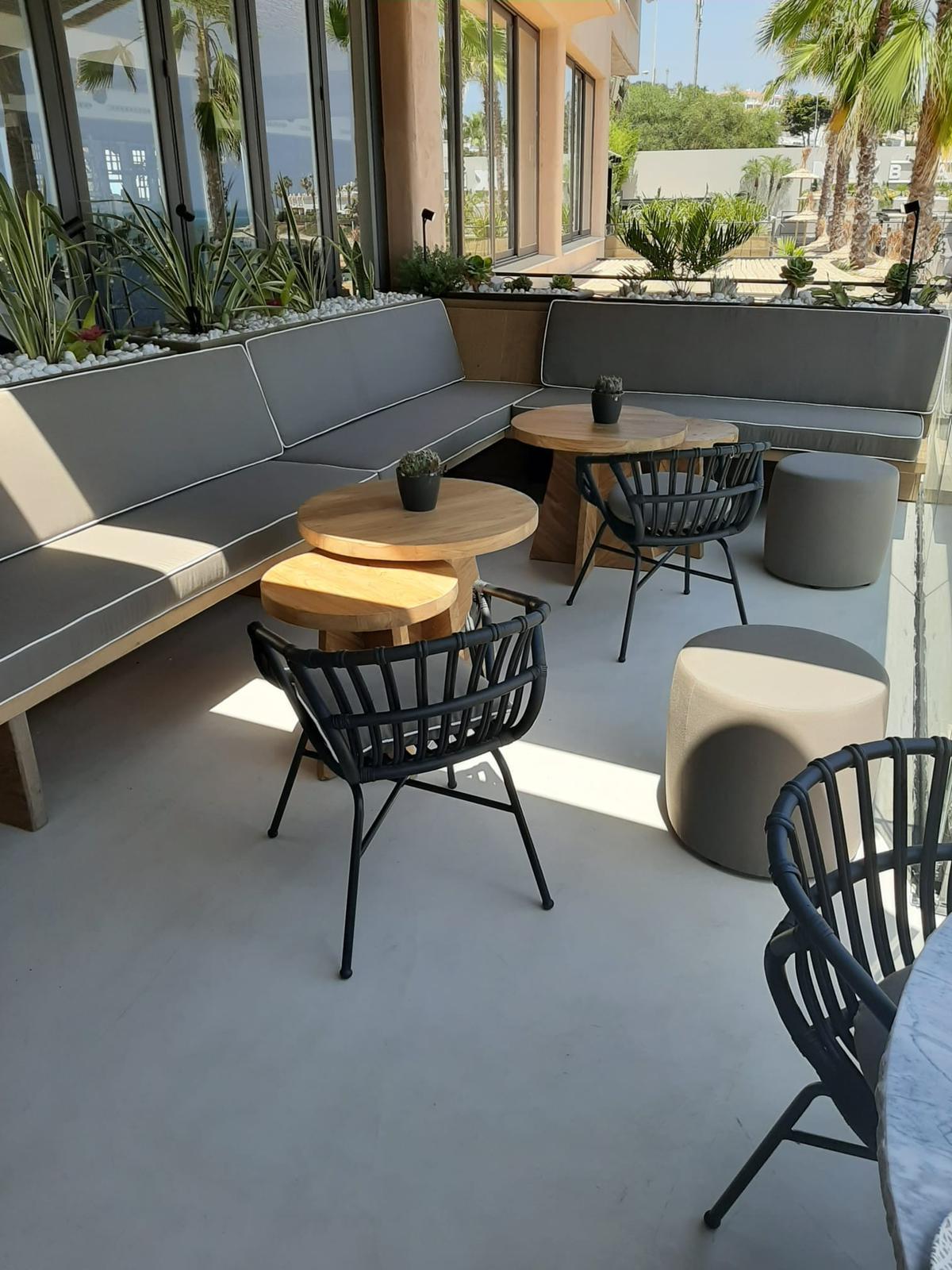 Terraza exterior restaurante hotel Málaga con microcemento en suelo