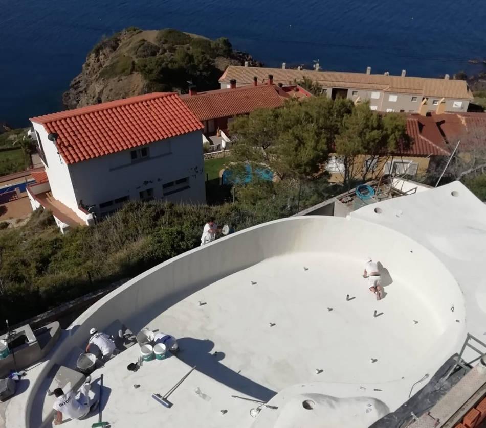 Profesionales aplicando microcemento Atlanttic en piscina de Girona