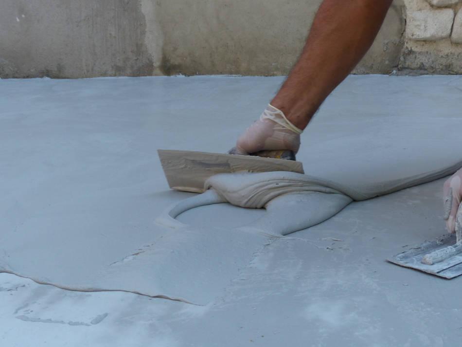 Profesional aplicando microcemento en suelo