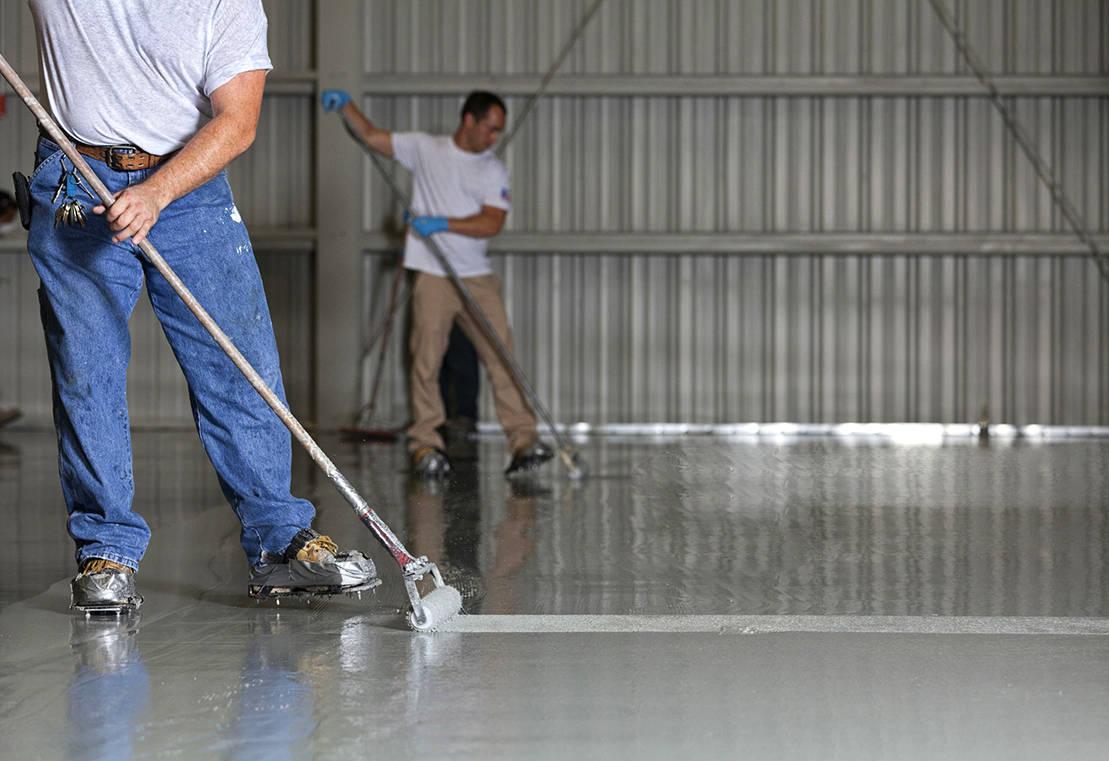 Application d'un revêtement de sol en résine époxy dans un entrepôt