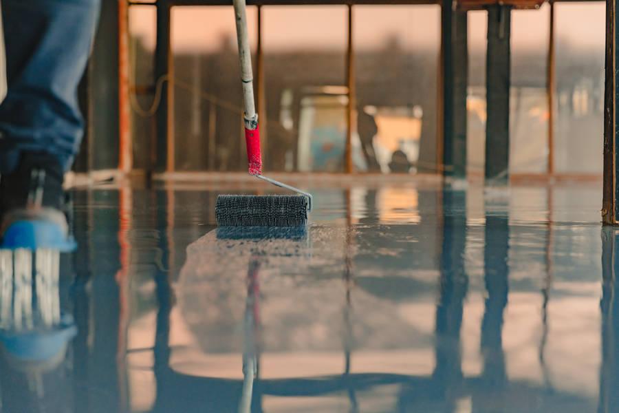 Application d'un sol en résine époxy dans une usine