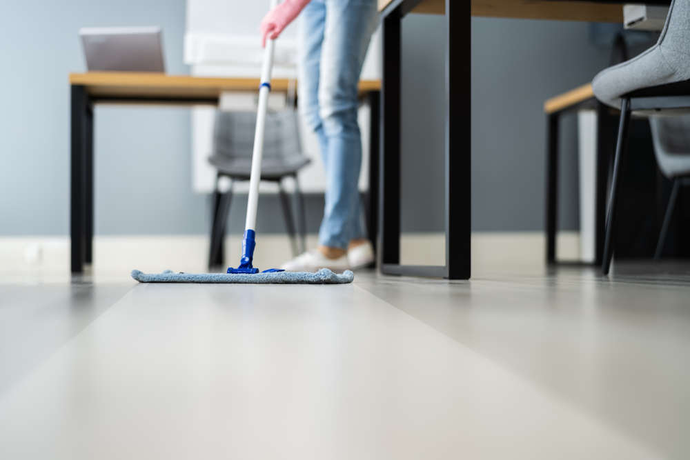 男子清洗厨房微水泥地板