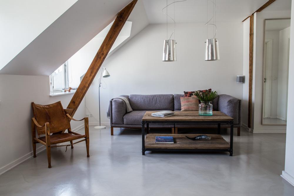 rustykalny salon z podłogą z mikrocementu w kolorze łupka