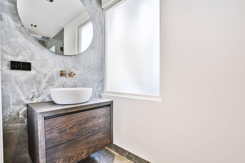 Parete anteriore del bagno con stucco veneziano