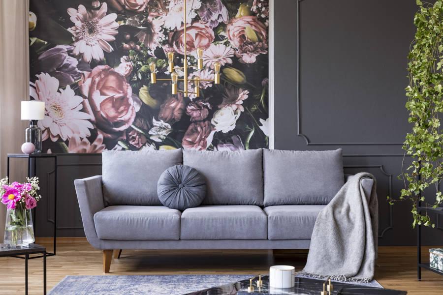 sala de estar con papel pintado como revestimiento de pared