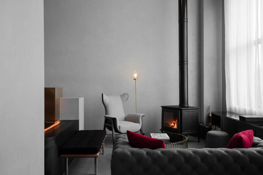 : salón con microcemento gris como revestimiento de pared