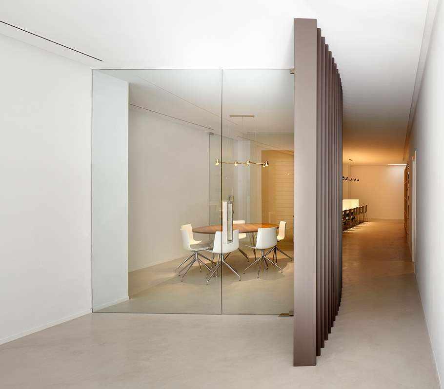 pasillo de oficina con microcemento Topciment