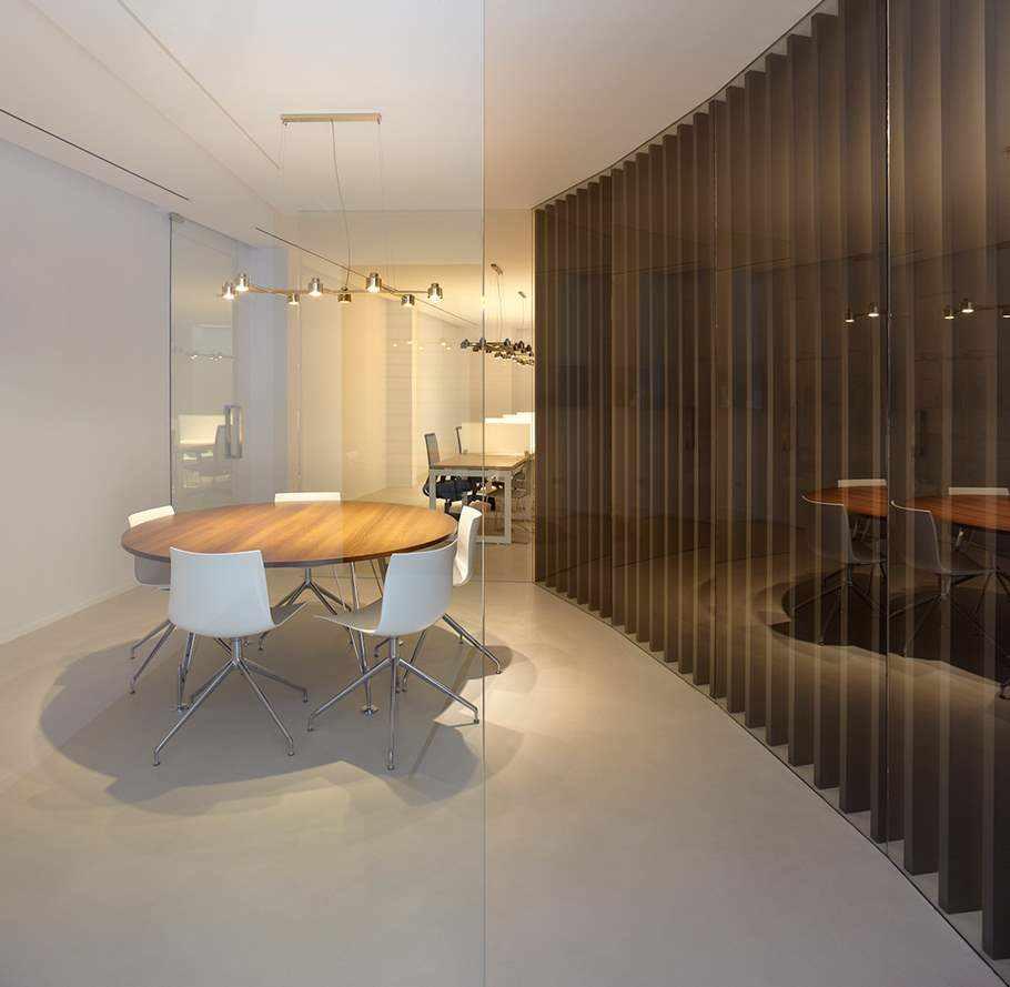 sala de reuniones con pavimento Topciment