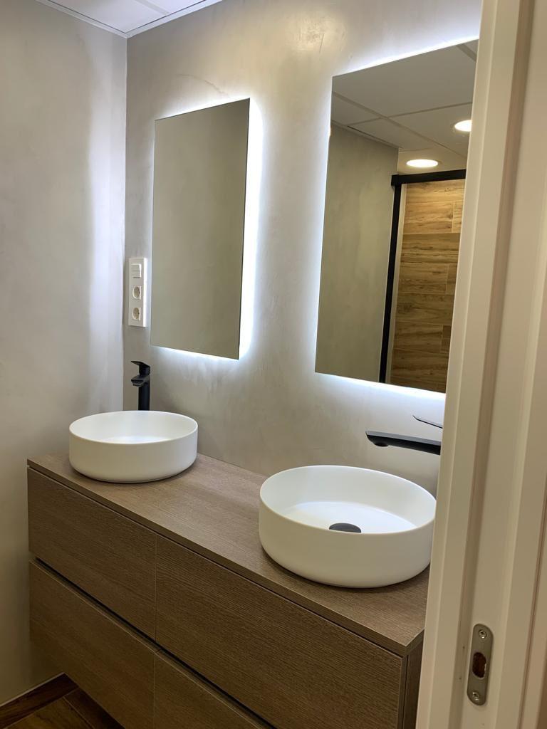 Paredes de microcemento gris en baño