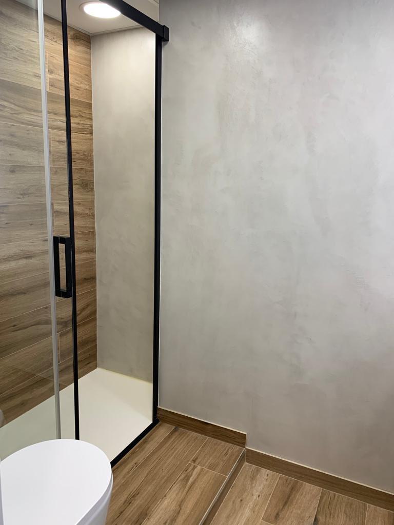 Pared  de ducha revesitda con microcemento color Perla