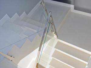 Elegante Design-Treppe beschichtet mit Mikrozement, Farbe Weiss