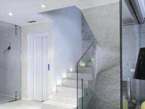 Design- Treppe beschichtet mit Mikrozement mit Beleuchtung und Aluminiumprofile