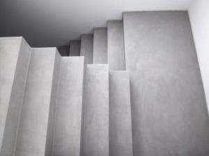 microcemento gris en escaleras de vivienda