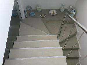 Treppen aus fugenloser Spachtelbelag mit Aluminiumprofile