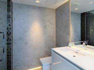 paredes de un baño revestidas con Microfino