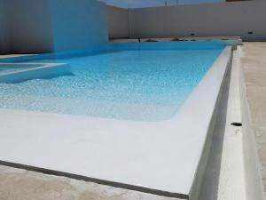 Design- Schwimmbad modern und elegant, beschichtet mit Mikrozement Aquaciment