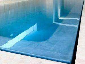 Elegante Hallenschwimmbad beschichtet mit Mikrozement Aquaciment