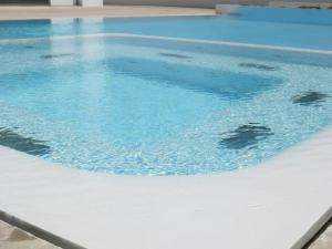 Design-Schwimmbad mit Jacuzzi, modern und elegant, beschichtet mit Mikrozement Aquaciment