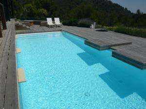 Revestimiento continuo de piscinas con Microcemento