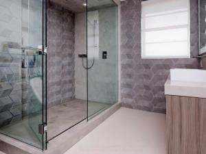 Kontinuierliche Beschichtung für den Duschboden mit Mikrozement