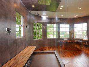 Fugenloser Boden und Wandbelag für eine Design-Dusche